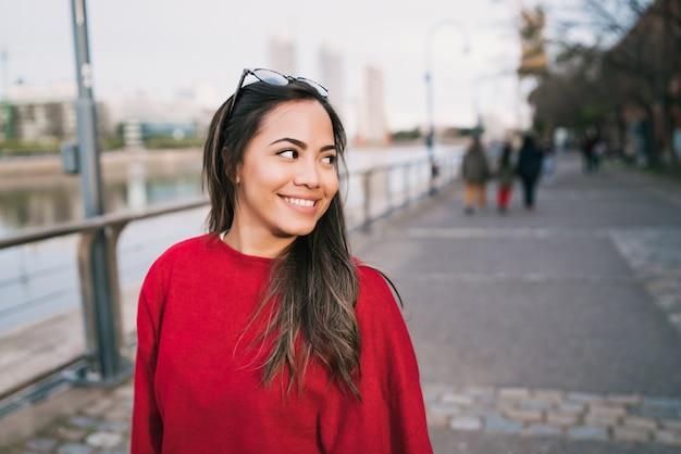 Retrato de jovem latina.
