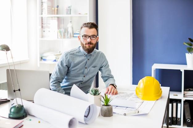 Retrato, de, jovem, macho, arquiteta, em, escritório