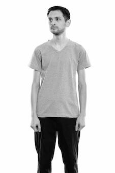 Retrato de jovem magro isolado no branco em preto e branco