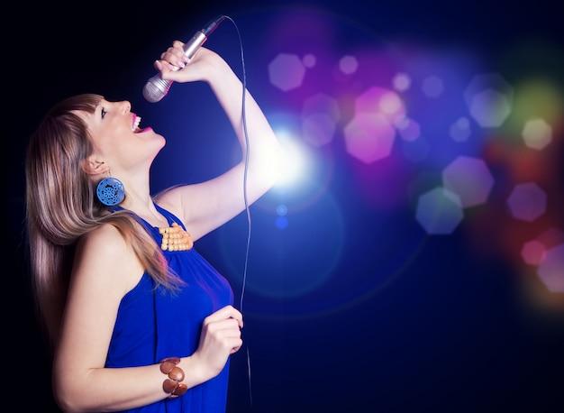 Retrato, de, jovem, menina bonita, cantando
