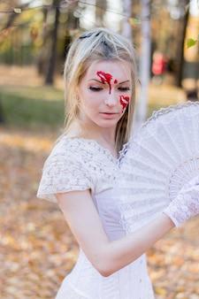 Retrato, de, jovem, menina bonita, com, dia das bruxas, maquiagem, ligado, dela, rosto