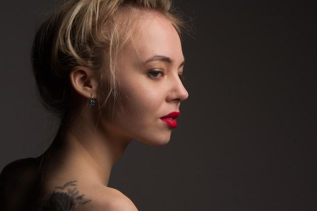 Retrato de jovem menina bonita