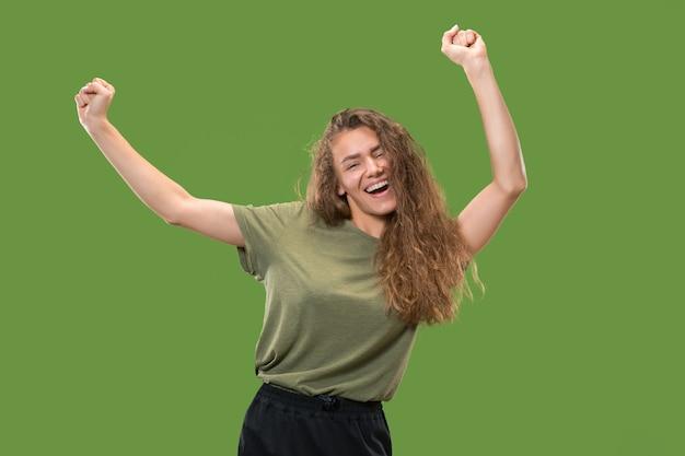Retrato de jovem modelo feminino dançando isolado na parede verde