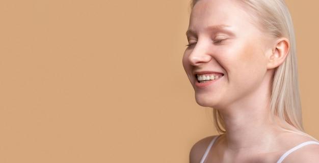 Retrato de jovem modelo feminino loira