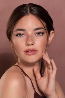 Retrato de jovem modelo feminino