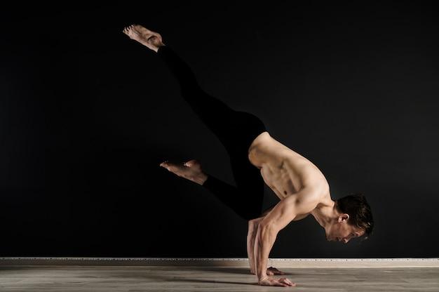 Retrato de jovem modelo masculino exercitando