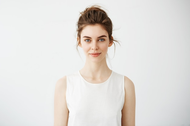 Retrato de jovem morena linda sorrindo