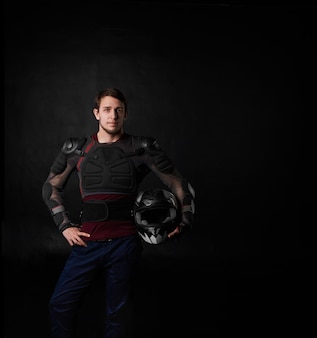 Retrato de jovem motociclista bonito homem de 25 anos com jaqueta protetora de motocicleta e capacete inteligente
