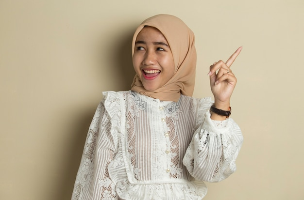 Retrato de jovem muçulmana asiática usando hijab tem uma boa ideia e inspiração