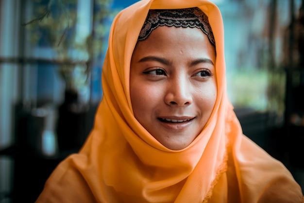 Retrato, de, jovem, muçulmano, mulher, em, loja café