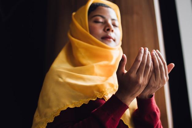 Retrato, de, jovem, muçulmano, mulher rezando