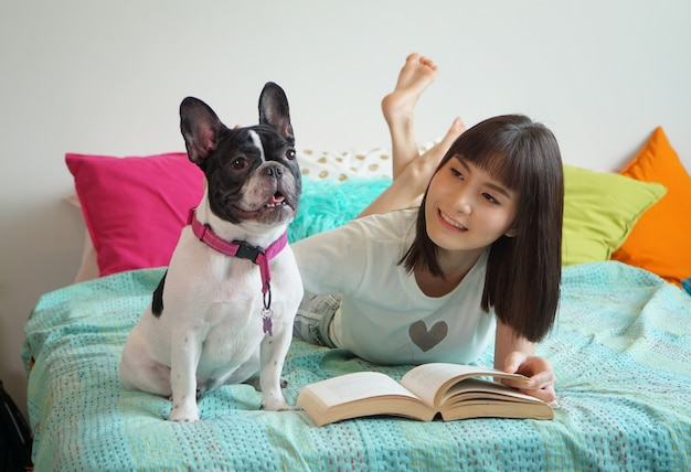Retrato, de, jovem, mulher asian, jogar, com, cão