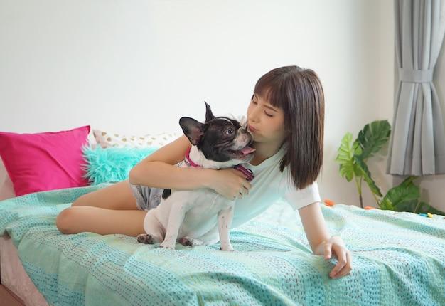 Retrato, de, jovem, mulher asian sorrindo, jogo, com, cão