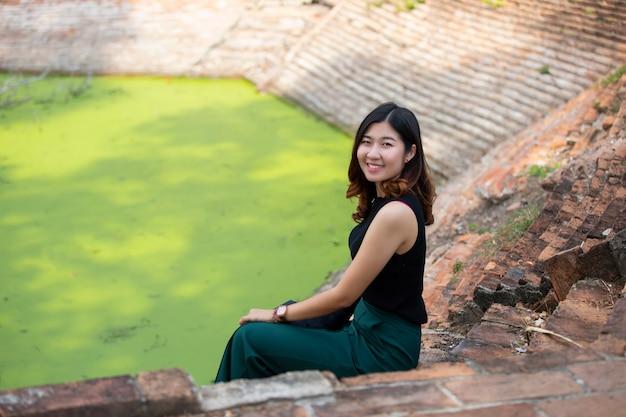 Retrato, de, jovem, mulher asian, sorrindo