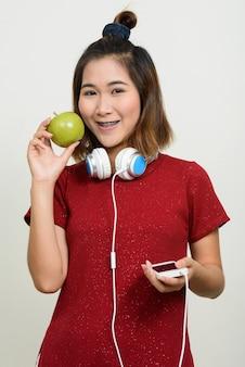 Retrato de jovem mulher asiática com cabelo curto