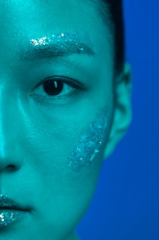 Retrato de jovem mulher asiática com maquiagem profissional close-up