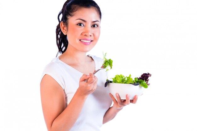 Retrato, de, jovem, mulher asiática, comer salada