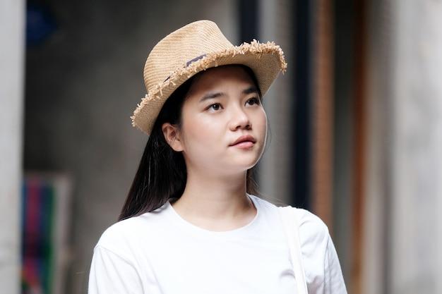 Retrato de jovem mulher asiática
