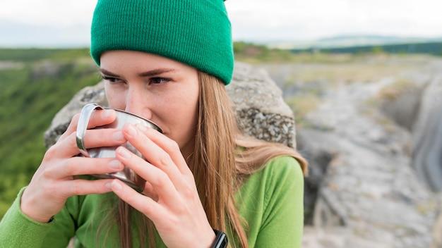 Retrato de jovem mulher bebendo água