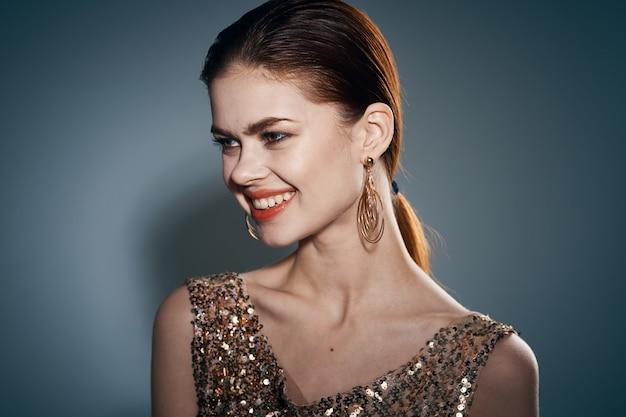 Retrato de jovem mulher bonita elegante com acessórios em estúdio