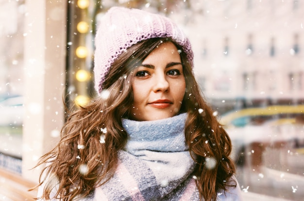 Retrato, de, jovem, mulher bonita, em, agasalho, e, chapéu, desfrutando, a, fi