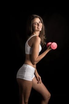 Retrato, de, jovem, mulher bonita, fazer, exercícios físicos, com, dumbbells