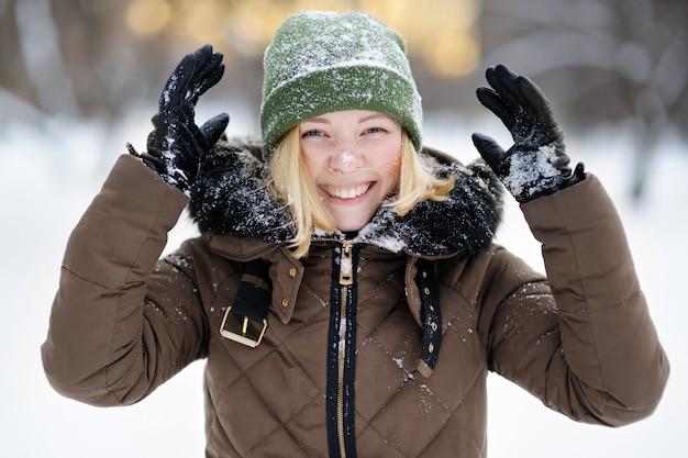 Retrato, de, jovem, mulher bonita, tendo divertimento, em, inverno