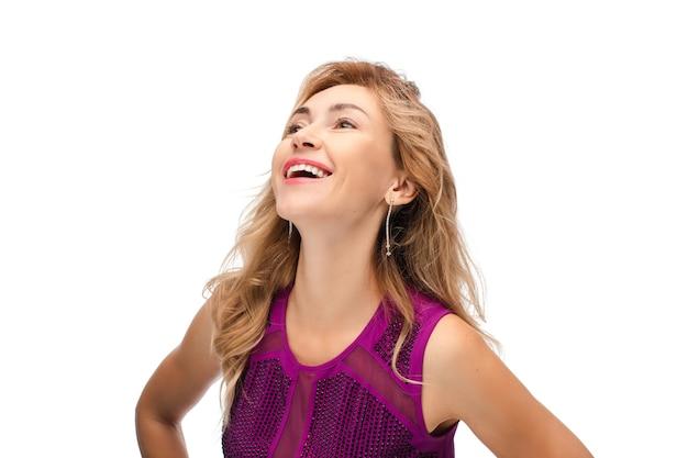 Retrato de jovem mulher branca com cabelo loiro ondulado médio, com uma bela pele clara, sorri e se alegra