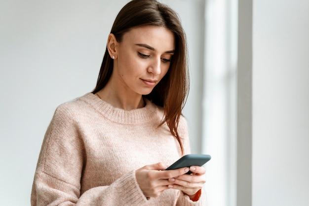 Retrato de jovem mulher de negócios com celular