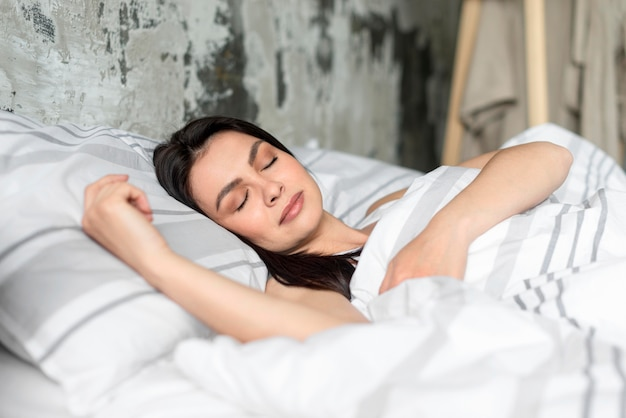 Retrato de jovem mulher dormindo