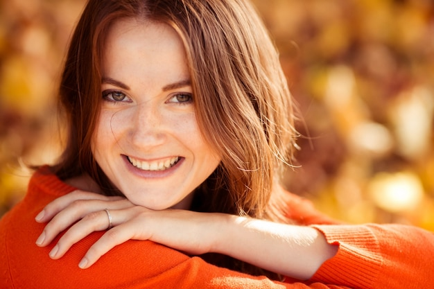 Retrato de jovem mulher em cor de outono