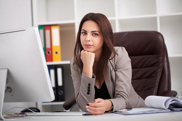 Retrato, de, jovem, mulher negócio, em, dela, escritório