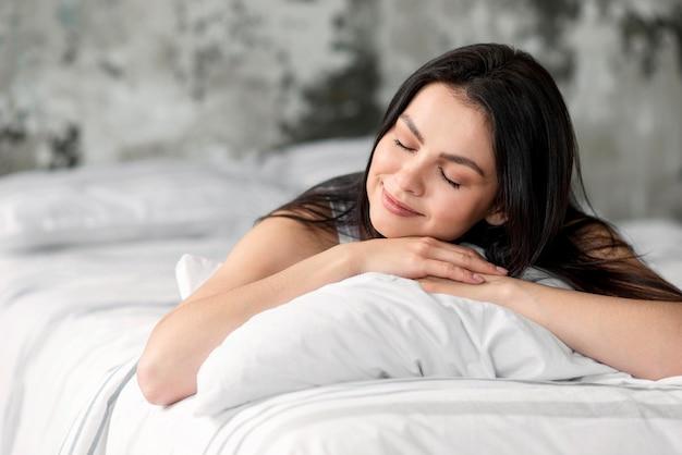 Retrato de jovem mulher tirando uma soneca