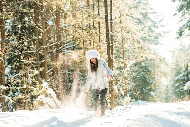 Retrato de jovem na gélida floresta de inverno