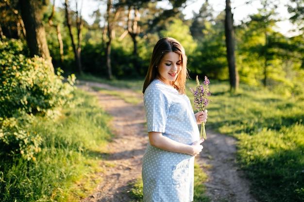 Retrato de jovem na grama e árvores parque paisagem