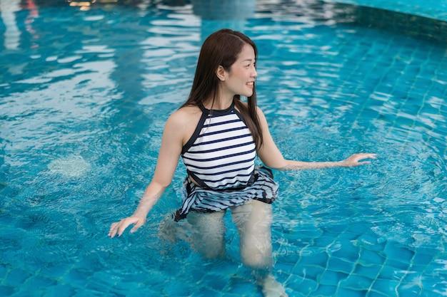 Retrato de jovem na piscina
