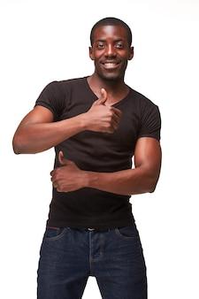 Retrato de jovem negro africano sorridente homem bonito