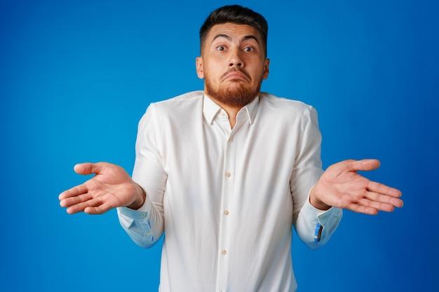 Retrato de jovem nerd encolhendo os ombros, não sei o gesto