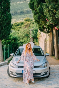 Retrato de jovem no fundo de um carro moderno