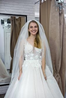 Retrato de jovem noiva em vestido de noiva em salão