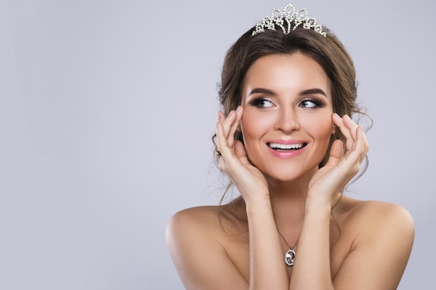 Retrato de jovem noiva linda usando diadema