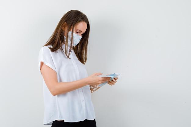 Retrato de jovem olhando para máscaras médicas