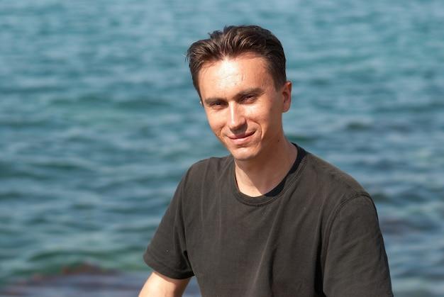Retrato de jovem perto da água do mar
