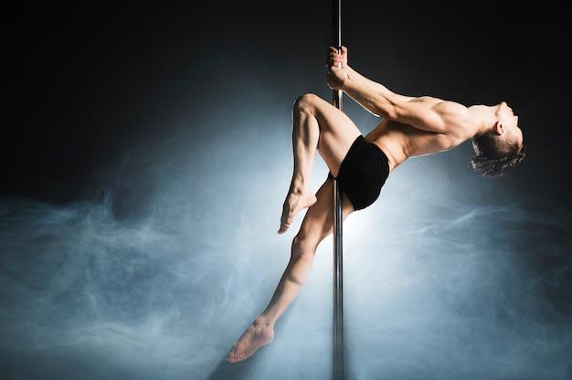 Retrato de jovem pole masculino modelo dançando