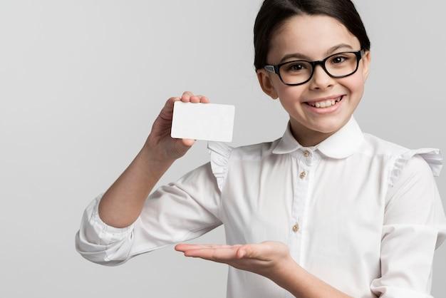 Retrato de jovem positivo, segurando o cartão de visita