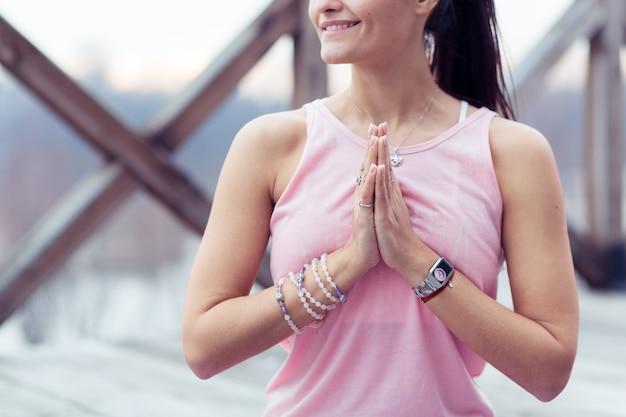 Retrato de jovem praticando ioga em posição de lótus ao ar livre