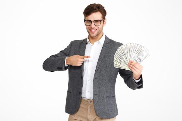 Retrato de jovem satisfeito em óculos e uma jaqueta