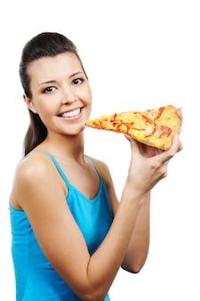 Retrato de jovem segurando um pedaço de pizza