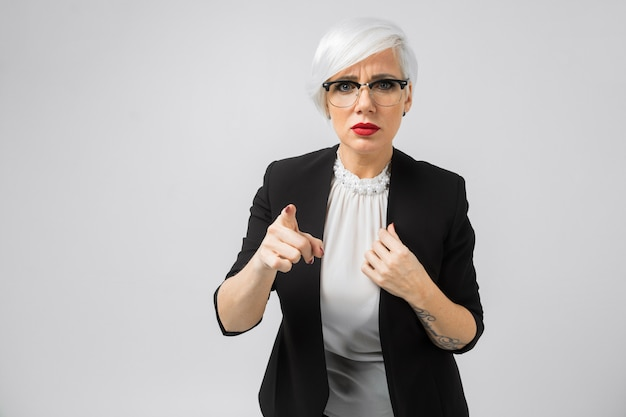 Retrato de jovem senhora de negócios em trajes