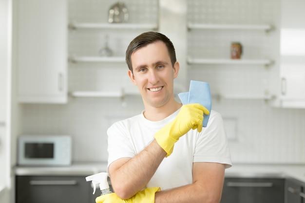 Retrato de jovem sorridente na cozinha